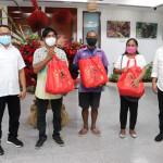 Disperindag Maluku Serahkan 500 Paket Sembako Bagi Masyarakat Terdampak Covid-19