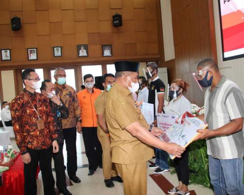 Diluncurkan Presiden Joko Widodo, Gubernur Murad Ismail Serahkan Bantuan Sosial 2021